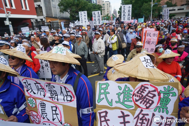 圖說:水利會成員在立法院外抗議反對官派。