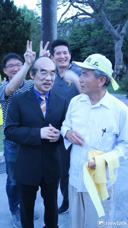 善於模仿的藝人郭子乾到台大傅鐘前,巧扮教育部長吳茂昆,在傅鐘前演了一場拔管模仿秀。