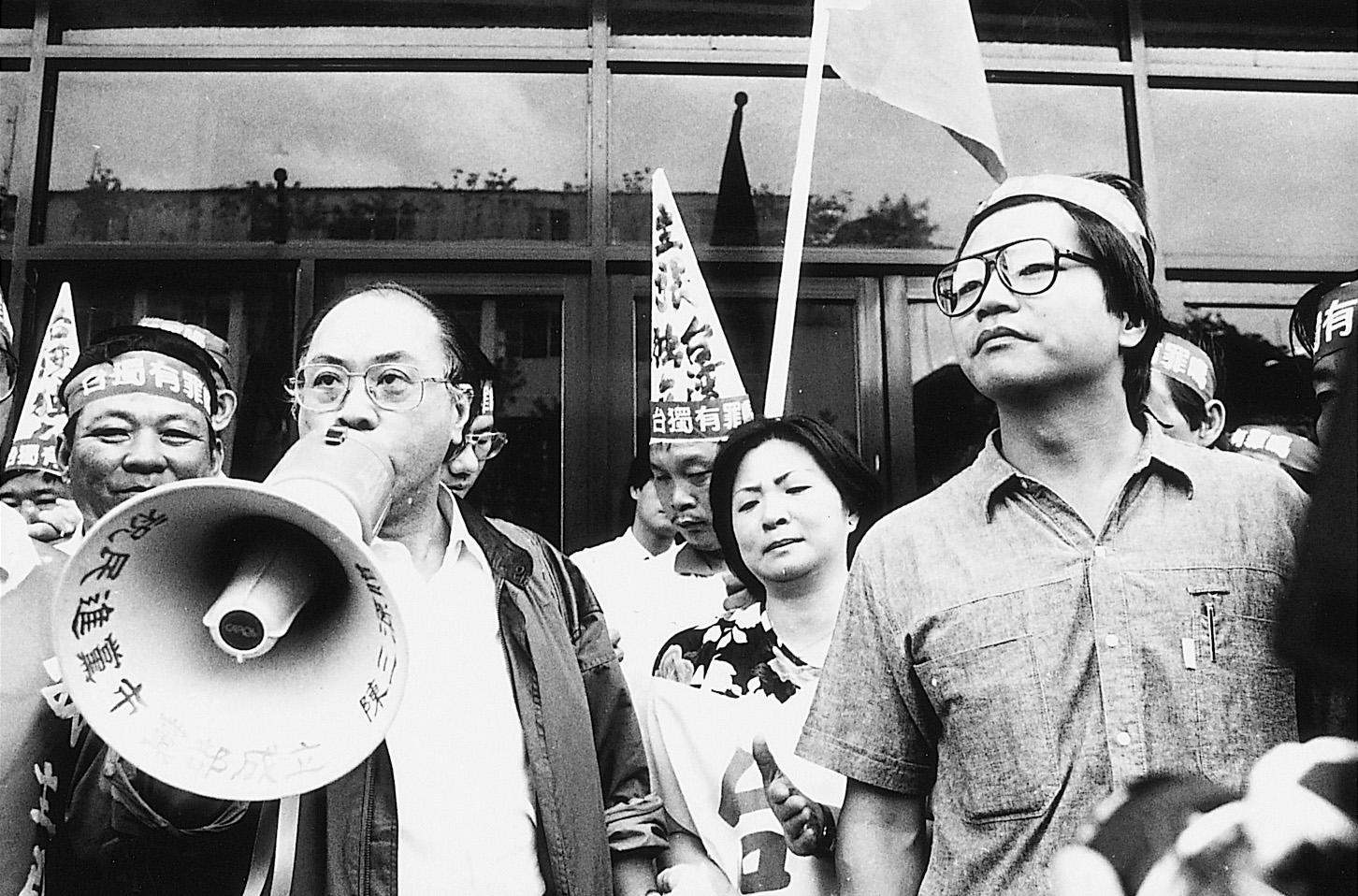 ■1987年10月12日,台灣高檢署檢察官葉金寶偵辦「台灣政治受難者聯誼總會」的台獨案首度開庭偵訊。許曹德、蔡有全兩人首度出庭以「預備意圖竊據國土」的重罪遭到當庭收押,台灣獨立的主張從此檯面化。