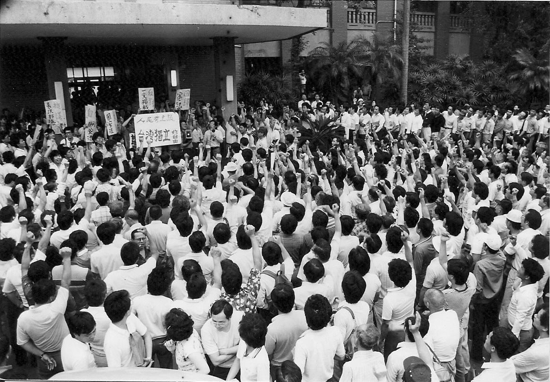 ■1987年6月「人民有主張台灣獨立的自由」的聲音,在立法院發聲。
