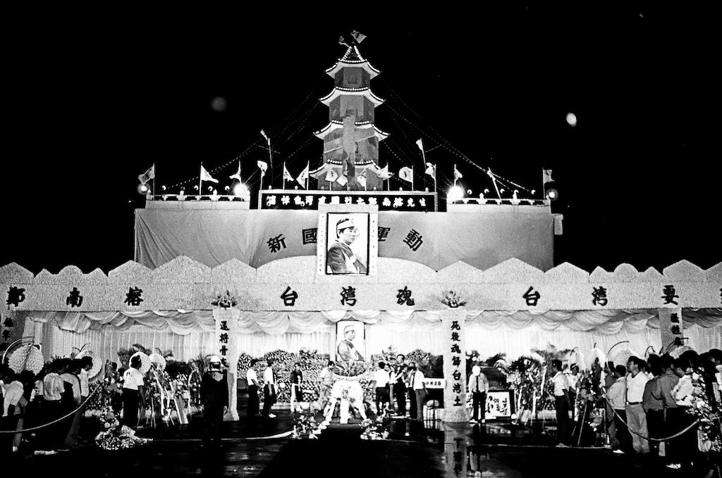 ■1989年5月17日上午10點,鄭南榕的治喪委員會開始為鄭南榕舉行移靈儀式,從殯儀館移到在士林廢河道上搭建的大靈堂。
