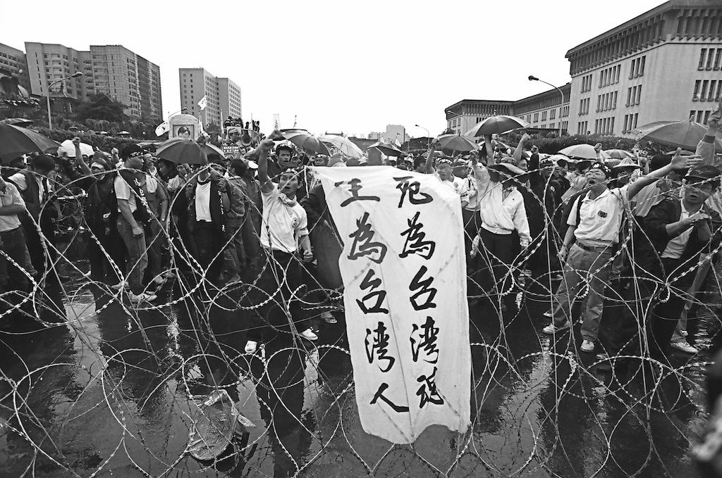 ■總統府前,隊伍被鎮暴警察用蛇籠、拒馬層層擋住