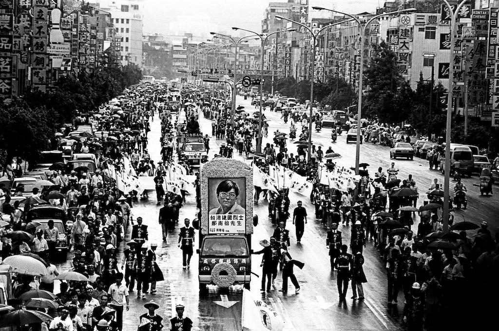 ■1989年5月19日,台灣建國烈士鄭南榕的告別式,數以萬計的台灣人參與出殯的行列,隊伍綿延兩公里多,從台北市廢河道出發到總統府為鄭南榕送行。