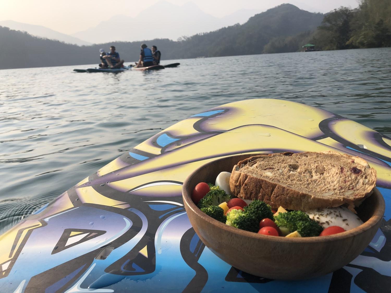 立槳體驗價格約為2,200元/人,另有特別方案潭央野餐享用美味的歐式窯烤麵包可洽詢。 圖:魚樂魚池/提供