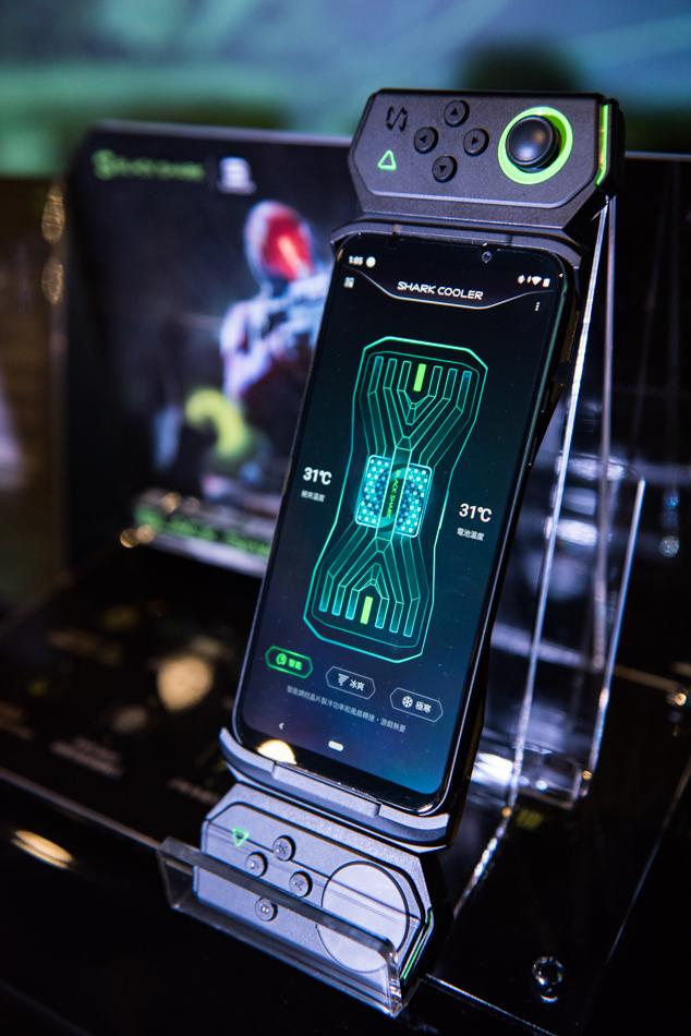 黑鯊2電競手機在台上市,搖桿型外掛也沒少。(圖/品牌提供)
