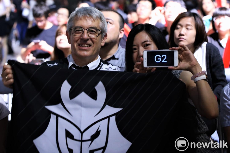 G2中路選手Caps的父親今日依舊在觀眾席為兒子搖旗吶喊。