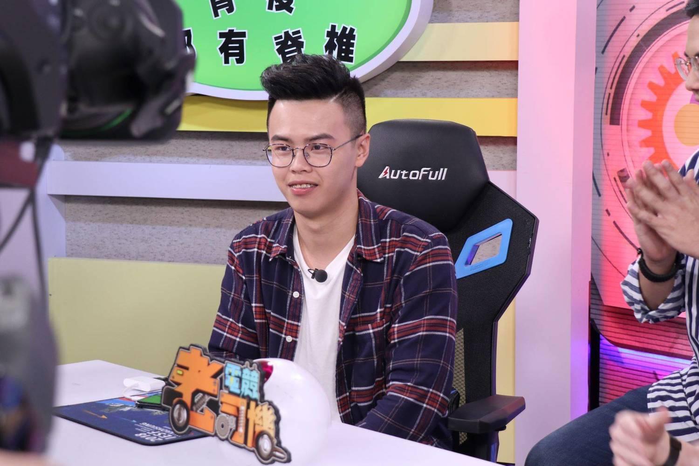 陸瑤打算在家舒舒服服地看狼谷競技台轉播,期待MAD奪冠。