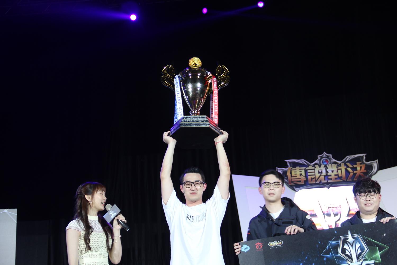 Yuzon開心高舉獎盃。