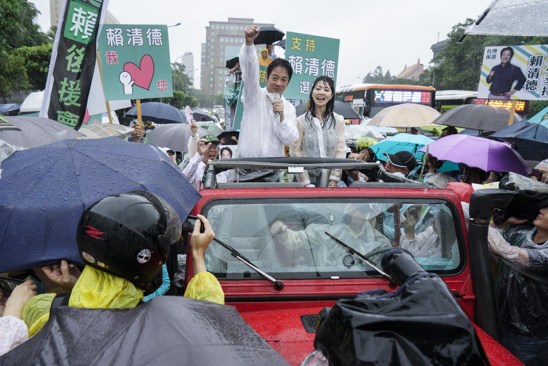 民進黨總統初選人賴清德6月9日從屏東北上掃街拜會,今天傍晚在大雨中抵達總統府前的凱達格蘭大道,他特別感謝大家一路以來的相挺與支持。圖:張良一/攝