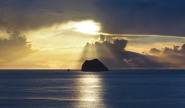 周邊海面被光束照亮,基隆嶼顯得非常有神秘感。圖:基隆觀光旅遊網/提供