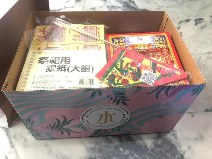 當原 PO 一打開箱子之後發現,居然是滿滿的「金紙銀紙」,令原 PO 非常不敢置信。