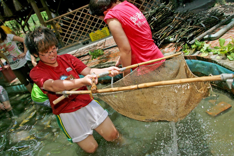 在花蓮馬太鞍青年壯遊點體驗「巴拉告」傳統捕魚法。圖:教育部/提供