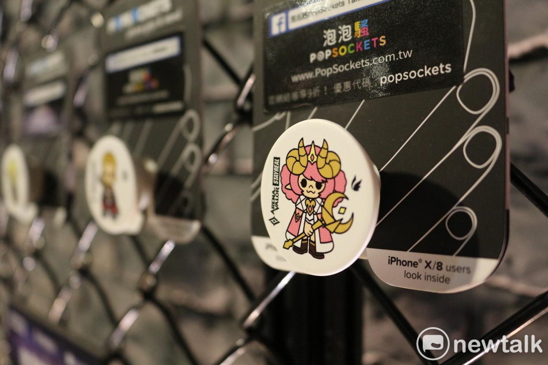 與美國知名手機支架品牌PopSockets泡泡騷合作的傳說對決公仔手機支架。