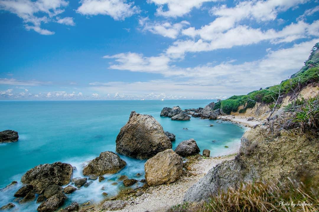中山大學附近,穿越山路和小徑後,便是隱藏鬧區的神秘海灘。圖:IG @jaifmax/提供
