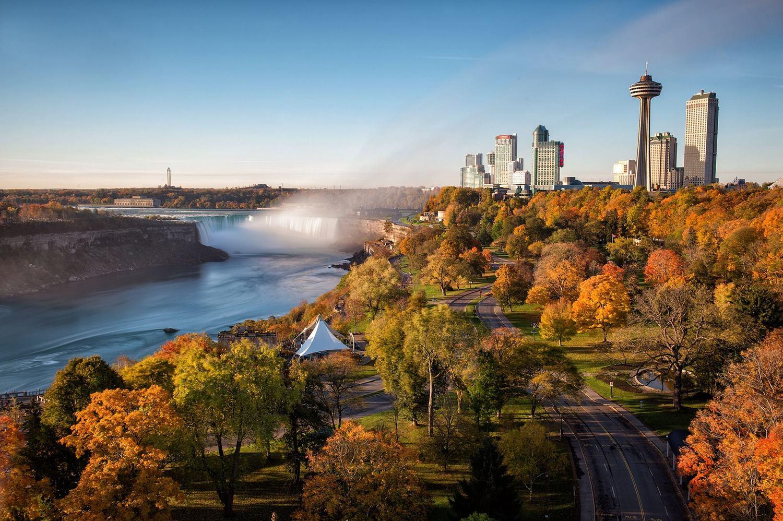 尼加拉瀑布周遭在秋天來臨時會染上濃厚秋色,配上壯觀瀑布絕景令人瞠目結舌。圖:翻攝自Niagara Falls Tourism臉書