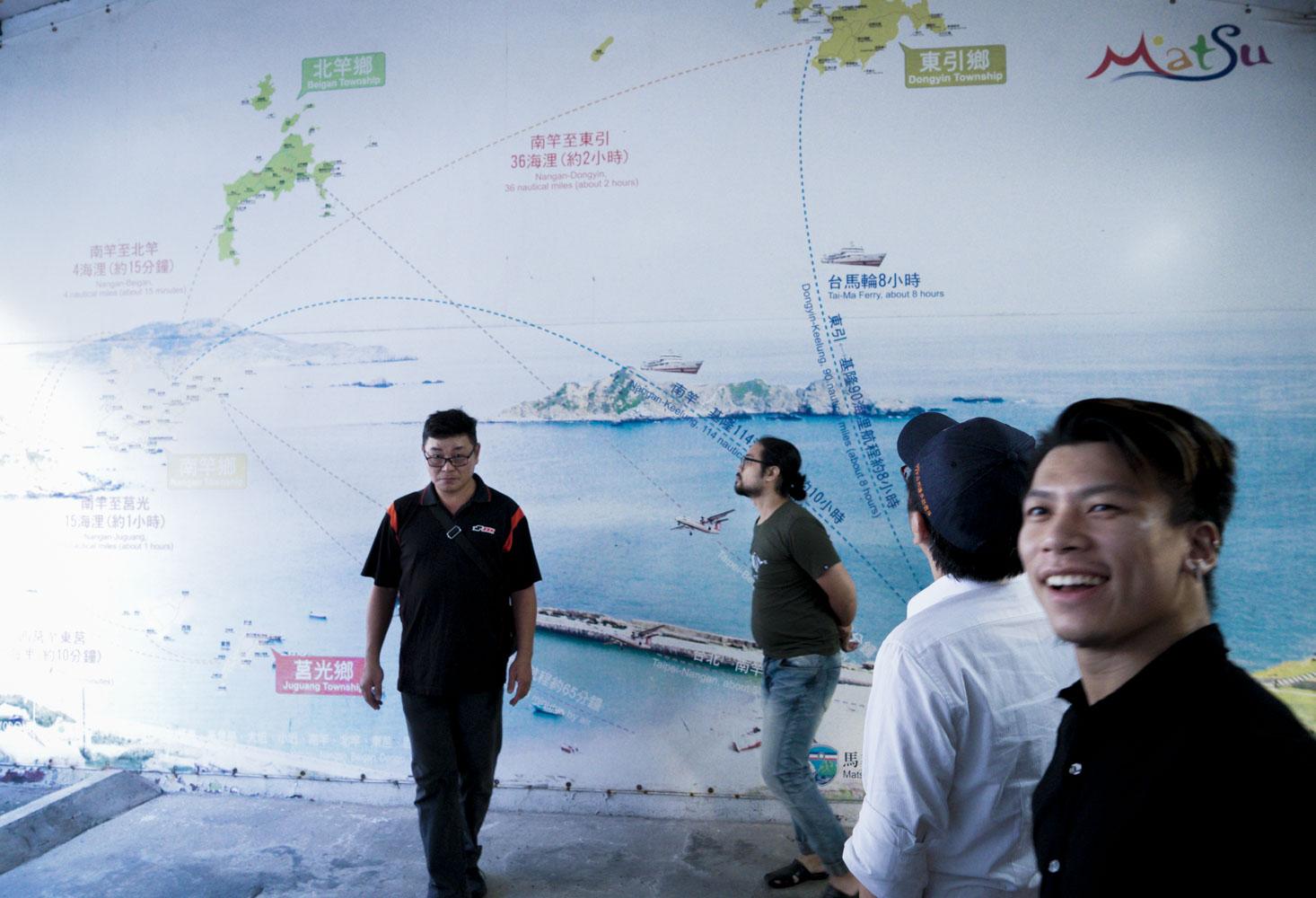 老兵們回到韋昌嶺,迫不急待的搜尋昔日在馬祖服役的營區位置。圖:張良一/攝