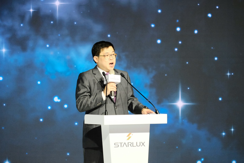 董事長張國煒在發表會上致詞發說明制服設計過程。圖:謝佳真/攝