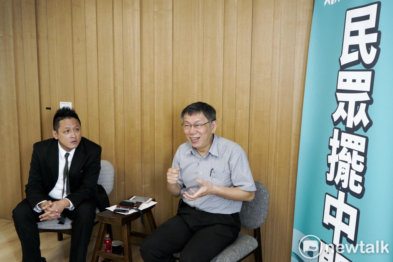 台北市長柯文哲帶著民眾黨立委參選人何景榮一起接受新頭殼專訪。(圖:張良一 / 攝)