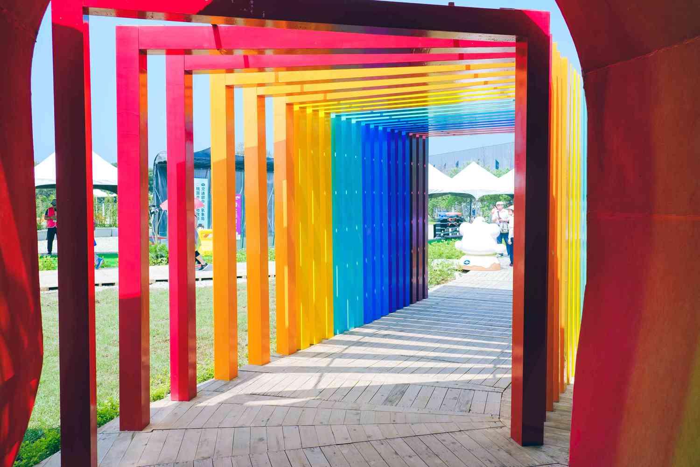 天候競技場外的彩虹拱門是農博會超熱門打卡點。圖:謝佳真/攝