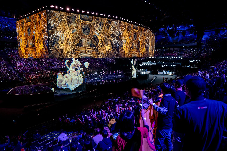 開幕式表演有如異世界的全像效果,令粉絲深感震撼