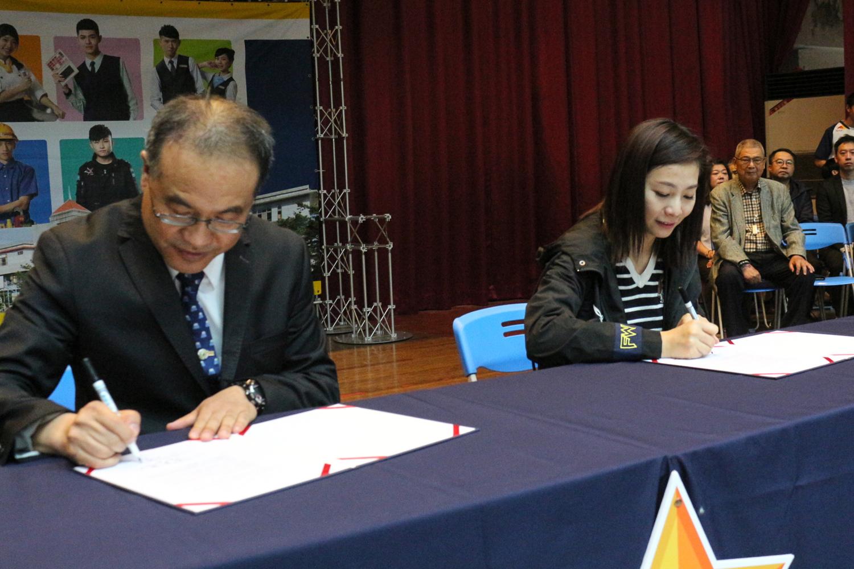 由東泰高中校長何軒盛與閃電狼職業電競隊協理徐培薇簽署產學合作。