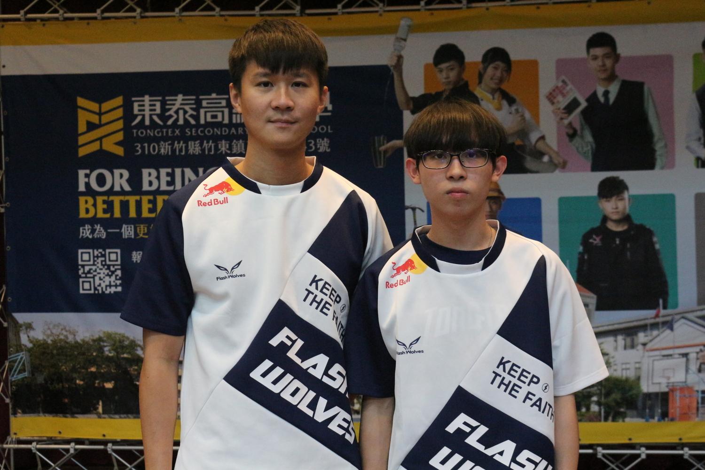 東泰高中學生簡茂安(右)已經被閃電狼簽為練習生。