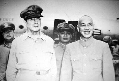 麥克阿瑟與蔣介石。圖:翻攝自網路(資料照片)