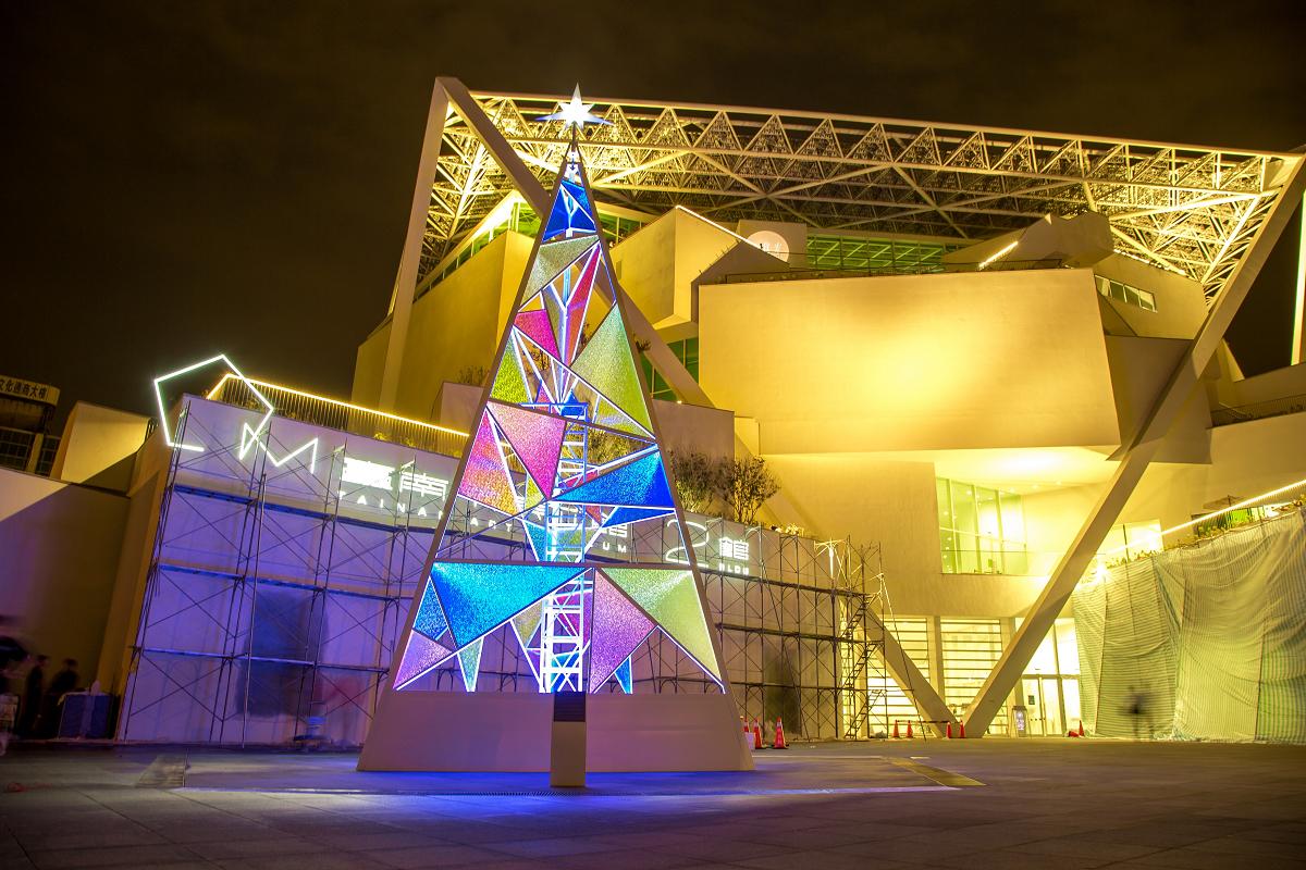 台南市區在多處都點起耶誕燈布置,其中南美二館的彩色玻璃耶誕樹別具一格。圖:台南市觀旅局/提供