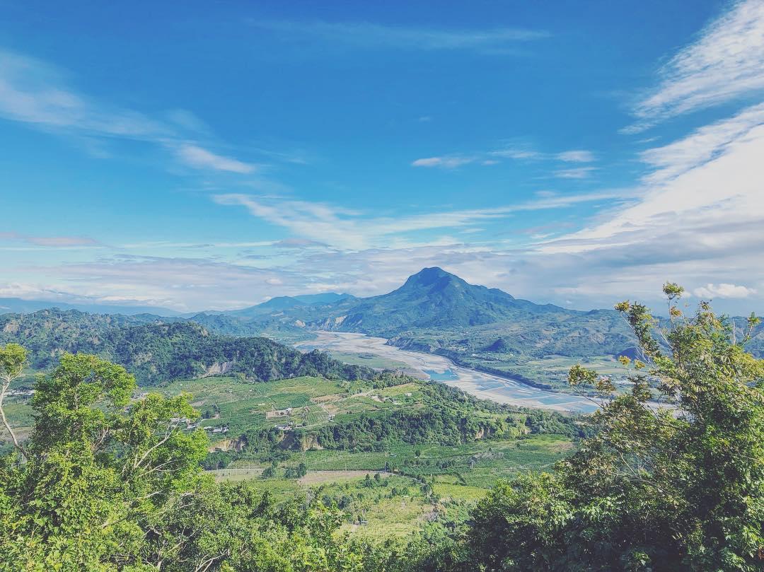 四格山山頂有絕佳視野,可將台東平原、利吉惡地、都蘭山、中央山脈等風景盡收眼底。 圖:IG@voyage.redfish/攝影授權