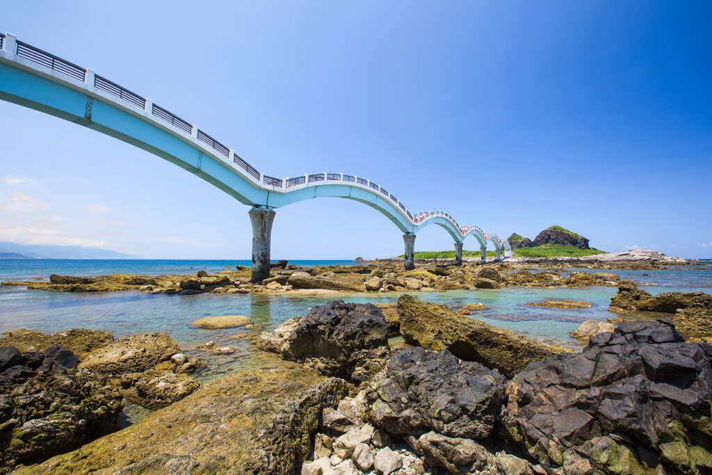 三仙台的跨海拱橋已成為東海岸極為著名的地標。圖:翻攝自東部海岸國家風景區網站