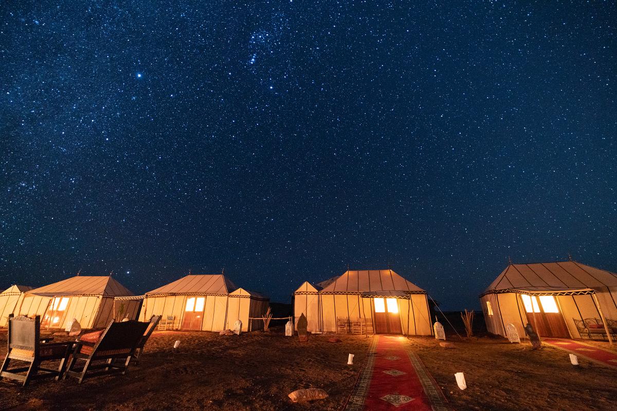 撒哈拉沙漠無光害,星空猶如深藍色布幕,在日落後展開。圖:謝佳真/攝