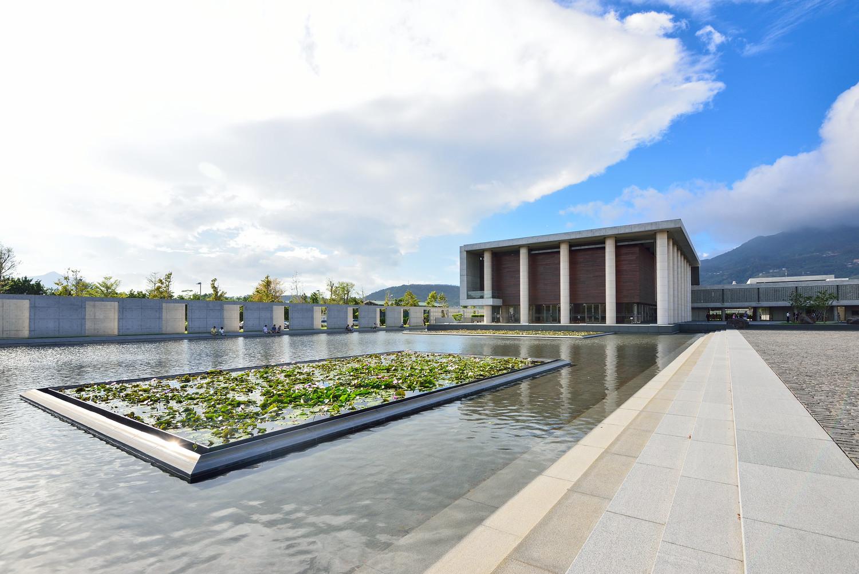 農禪寺是位於北投區的廟宇,以沉靜的氣氛和特殊的建築形制聞名,來到這裡彷彿心靈被淨空。圖:謝佳真/攝