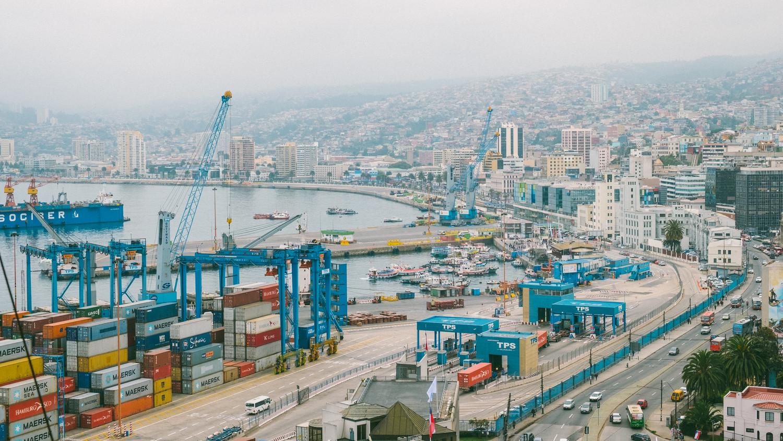 瓦爾帕萊索是緊鄰著港口建造的山城,以前貧窮的人民難以負荷港口邊房價,遂往山上移居。 圖:謝佳真/攝