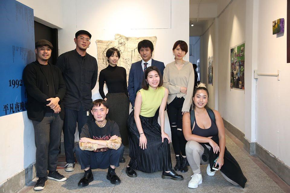 寬鬆世代展覽藝術家與策展人合影。 策展人黃亦中提供