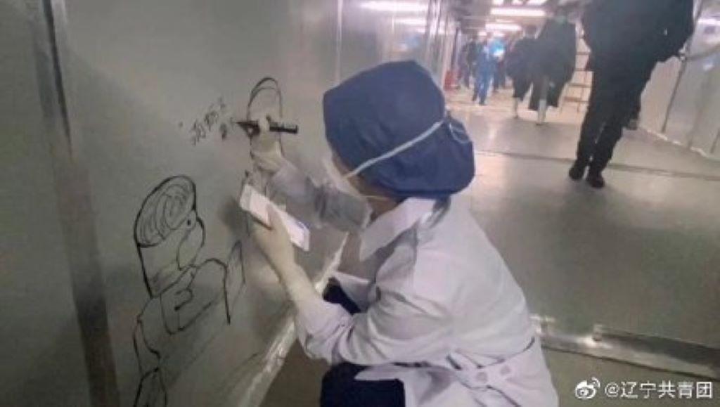 醫護人員利用閒暇時間,在牆壁上作畫。 圖:翻攝自微博為了鼓勵病患,醫護人員認真在牆壁上一筆一畫創作著。 圖:翻攝自微博為了鼓勵病患,醫護人員認真在牆壁上一筆一畫創作著。 圖:翻攝自微博