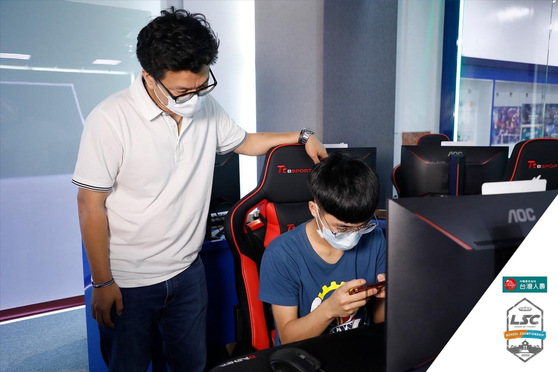 林士弘主任(左)正監督《PUBG MOBILE》隊長李祥華(右)練習。 圖:簡育詮/攝