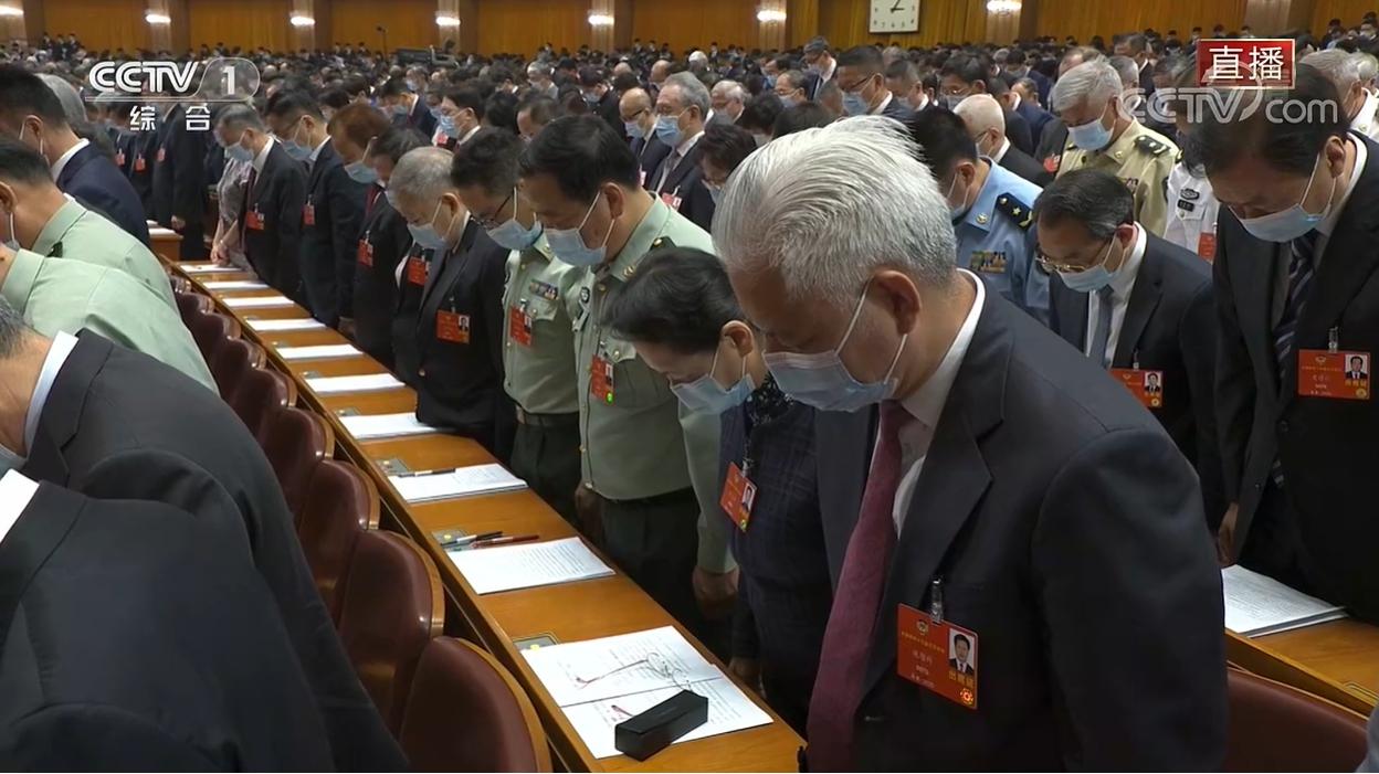 與會代表默哀一分鐘。 圖:翻攝央視新聞直播畫面現場與會人士大多有戴口罩,但在前排的中共主要領導人如習近平、李克強等則並未帶上口罩。