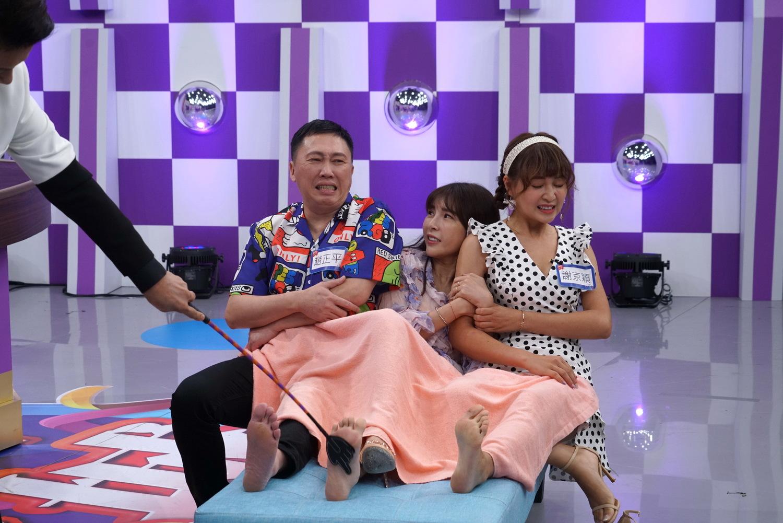 趙正平(左起)、蘇心甯、謝京穎三人擠在貴妃椅受罰的畫面,被徐乃麟笑稱像是在MOTEL。 圖:狼谷育樂台提供