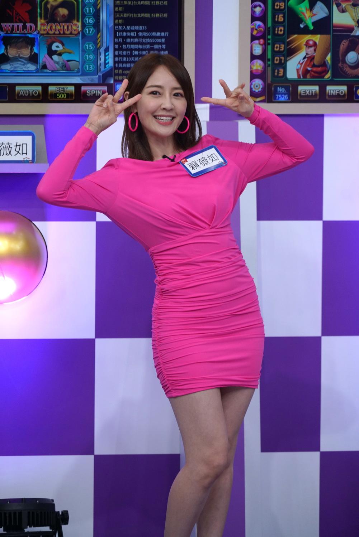賴薇如穿著全身螢光粉紅色,揚言「贏光」所有獎金。 圖:狼谷育樂台提供
