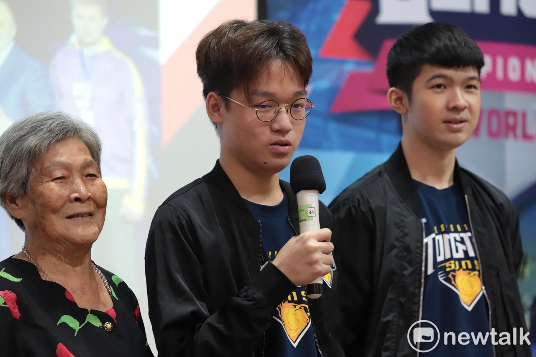 曾浩鈞(中)目前為MCX中路選手,錄取中央大學財務金融學系。 圖:陳耀宗/攝