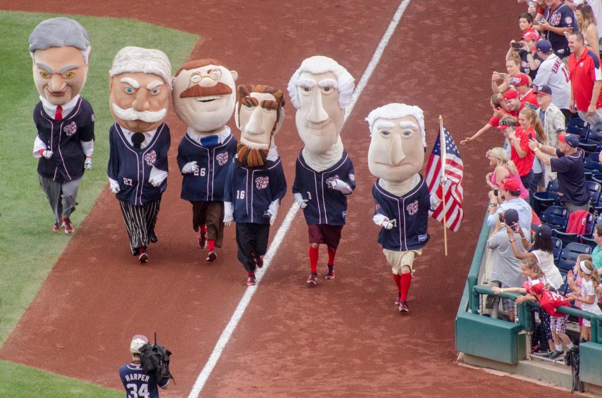 美國總統的巨型人偶,是國民隊最受歡迎的吉祥物。由左至右分別為胡佛、陶福德、羅斯福、林肯、傑佛遜、及國父華盛頓。 圖:翻攝自美國在台協會 AIT