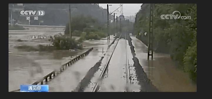 川黔鐵路上遭到洪水漫過圖:翻攝自人民日報
