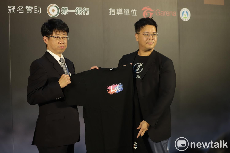 第一銀行副總經理劉培文與TESL執行長白瑞元交接隊服,象徵第一銀行加入LSC大家庭。 圖:簡育詮/攝