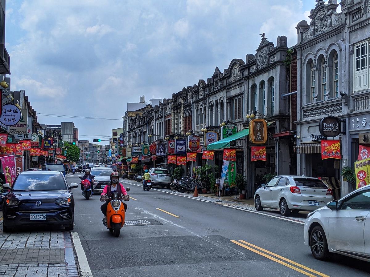新化老街相較於台灣其他觀光勝地的街道,還保留許多當地人的生活痕跡。 圖:謝佳真/攝