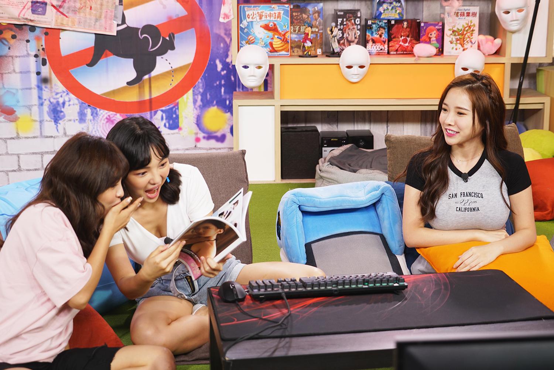《Game什麼東西》藍星蕾(右)上節目宣傳新寫真,何美(中)、凱希(左)看到火辣寫驚呼連連。 圖:狼谷育樂台提供
