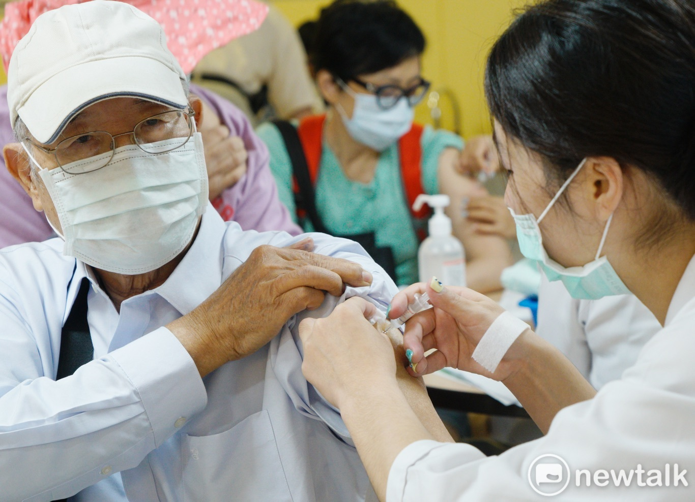 面對下一波新變種病毒來臨時,可能會對臺灣造成更嚴重的傷害,若能透過這次機會民間採購而大量施打,未來我們國家可以更強大。(圖為施打疫苗示意圖) 圖:張良一 / 攝(資料照)