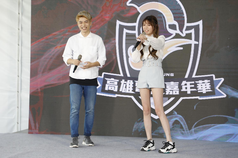 電狼娛樂旗下藝人ZOE、高一仙擔任高雄電競嘉年華第三日戶外市集舞台主持人。 圖:陳耀宗/攝