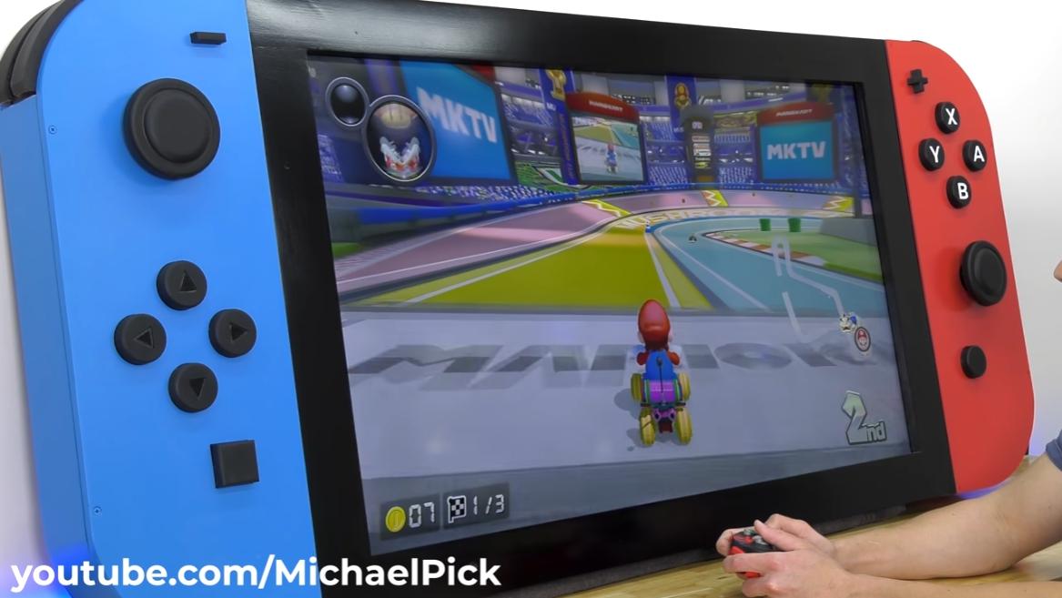 超巨大Switch可使用手把遊玩。 圖:翻攝自Michael Pick的YouTube頻道