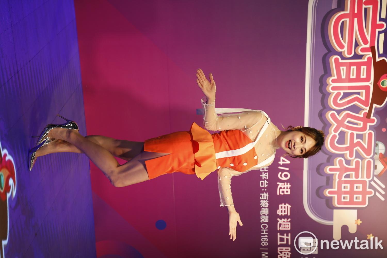 阿喜今以一襲橘色小洋裝展現火辣身材。 圖:陳耀宗/攝