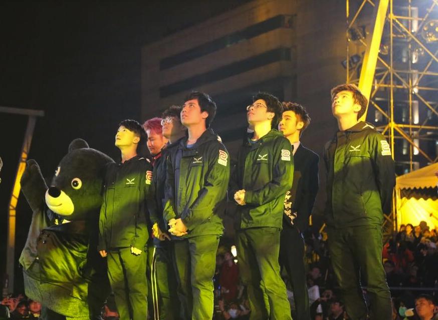 閃電狼登台與柯市長以及多位台灣之光一同倒數。